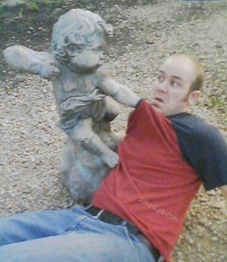 funny-statue-baby beating a man