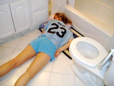 Drunken and sleeping girls: sleep in the toilet