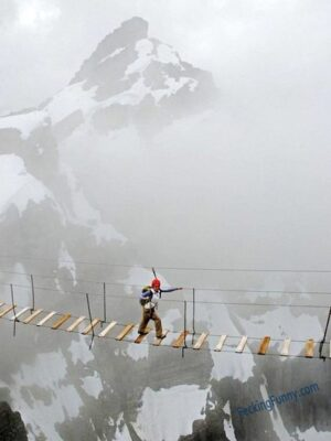 Stomach dropped photo: walking on the sky bridge