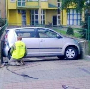 How woman does parallel parking?